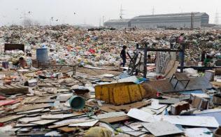 仕分けされず野放しのゴミ(インド・アーメダバード)