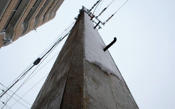 函館市にある日本最古のコンクリート電柱は現役だ