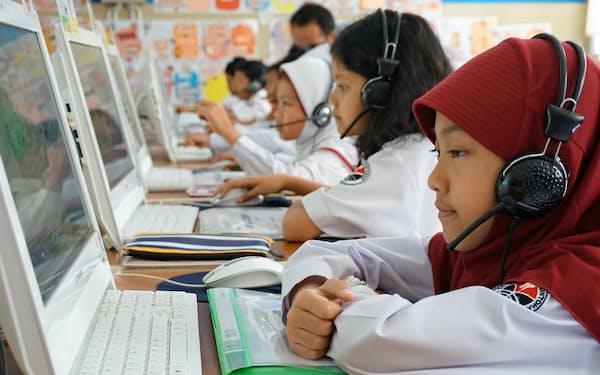 すららの授業を受けるインドネシアの小学生(西ジャワ州バンドン市)