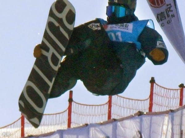 スノーボードのW杯ハーフパイプで決勝進出を決めた平野歩夢(19日、張家口)=共同