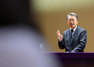 講演で生徒らの質問に答える池上彰氏(12月9日、東京都豊島区の立教大池袋キャンパス)