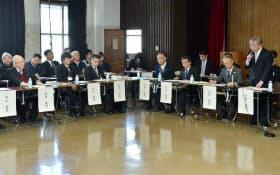 築地市場で開かれた新市場建設協議会であいさつする村松中央卸売市場長(右)。左端は伊藤築地市場協会会長(20日午後、東京都中央区)
