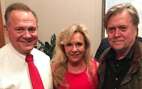 ムーア夫妻と並ぶスティーブン・バノン氏(右)。保守派のカリスマの動向が選挙戦を左右した。(ムーア陣営のメルマガより)