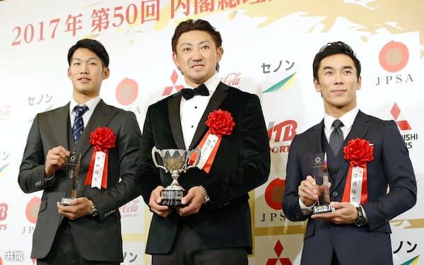 日本プロスポーツ大賞の表彰式でポーズをとる(左から)中日の京田、ソフトバンクの内川、自動車レースのインディ500優勝の佐藤琢磨(20日午後、東京都内のホテル)=共同