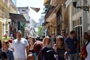 首都ハバナの旧市街には外国からの旅行者があふれる
