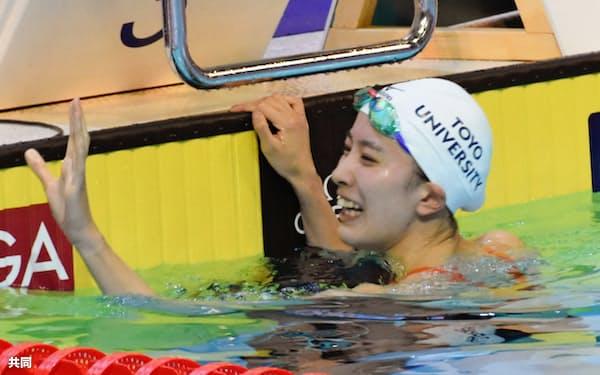 女子400メートル個人メドレー 4分24秒03の短水路日本新で優勝し、笑顔の大橋悠依(20日、ローザンヌ)=共同