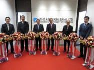 足利銀のバンコク駐在員事務所の開設でテープカットに臨む関係者(写真左から3人目が松下正直頭取、21日)