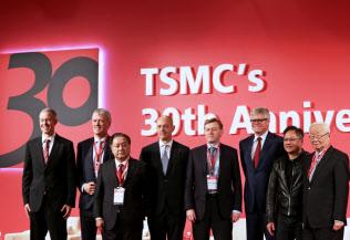 TSMCの30周年記念式典にはアップルなど世界ITの重鎮が駆けつけた(10月、台北市)