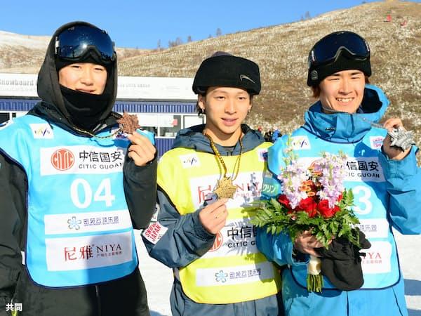 男子ハーフパイプで獲得したメダルを手にする(左から)3位の戸塚優斗、優勝した平野歩夢、2位の片山来夢(21日、張家口)=共同