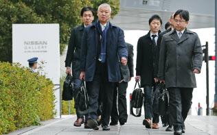 日産自動車の本社に入る国交省の検査官(22日午前、横浜市西区)