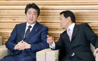 閣議に臨む安倍首相と麻生財務相(22日午前、首相官邸)
