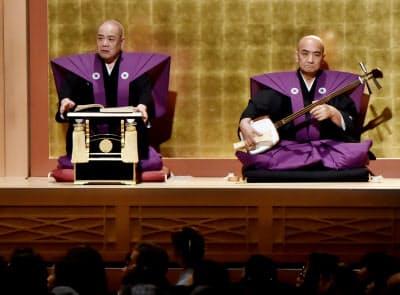 4月の襲名披露公演で語る六代目豊竹呂太夫(左、大阪市中央区の国立文楽劇場)