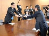看護学部の設置に関して加藤・長野市長(右)の要望書を受け取る阿部・長野県知事