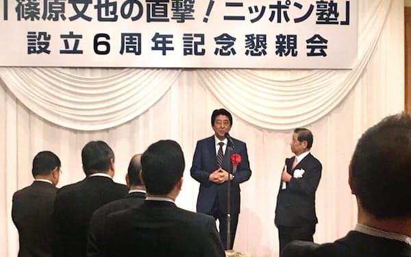 政治解説者の篠原文也氏の懇親会であいさつをする安倍首相。篠原氏の質問を受けながら話します(22日夜、東京・平河町)