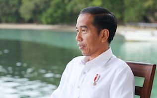 インタビューに答えるインドネシアのジョコ・ウィドド大統領(22日、インドネシア東部のラジャアンパット諸島)=沢井慎也撮影