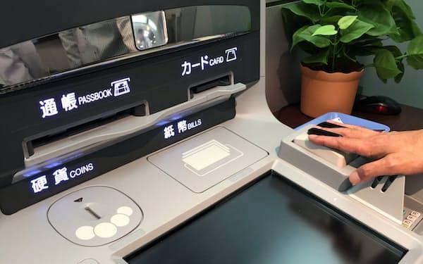 通帳が銀行ごとに異なるため、ATMも別仕様にならざるを得ない(ATMメーカー)