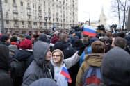 24日、モスクワ中心部で野党活動家の呼びかけに市民らが集会を開いた