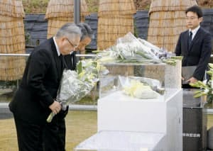 羽越線脱線事故の犠牲者を悼み、慰霊碑に一礼するJR東日本の冨田哲郎社長(手前、25日午前、山形県庄内町)=共同