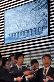 首相官邸エントランスの絵も冬景色の京都・嵐山の渡月橋に(25日午前)