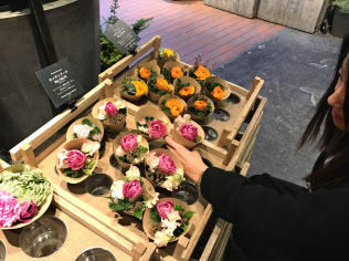 青山フラワーマーケットは自宅向けに300円台から買えるブーケを売り出している
