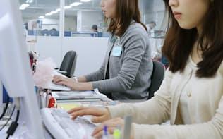 オフィスで働く女性(都内)