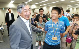 黒田総裁にとって初めての「動かない」1年だった(8月10日、日銀本店)