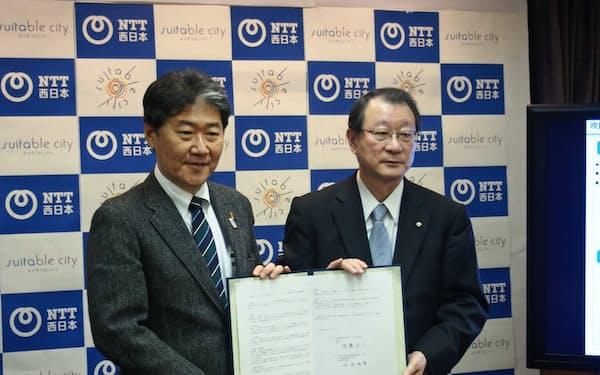 調印式に出席した吹田市の後藤市長(左)とNTT西日本の村尾社長(25日)