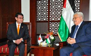 パレスチナ自治政府のアッバス議長(右)と会談する河野外相(25日、パレスチナ自治区ラマラの大統領府で)