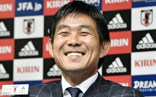 U-21日本代表メンバー発表の記者会見で、質問に笑顔で答える森保監督(26日、東京都文京区)=共同