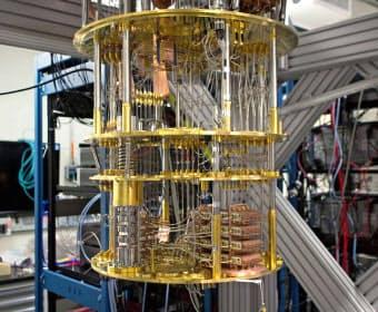 IBMの量子コンピューターは上からツリーを吊したような形をしている