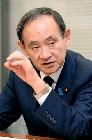 すが・よしひで 秋田県出身、法大法卒。2012年以来、官房長官として安倍晋三首相を支える。危機管理のほか税制や観光、農業などの政策立案にも影響力を発揮する。69歳