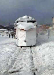 JR宗谷線の踏切で脱線した除雪用車両(26日、北海道稚内市)=JR北海道提供・共同