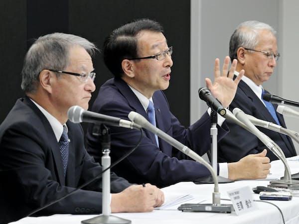 統合再延期について記者会見する(左から)親和銀行の吉沢頭取、ふくおかFGの柴戸社長、十八銀行の森頭取(7月25日、福岡市中央区)