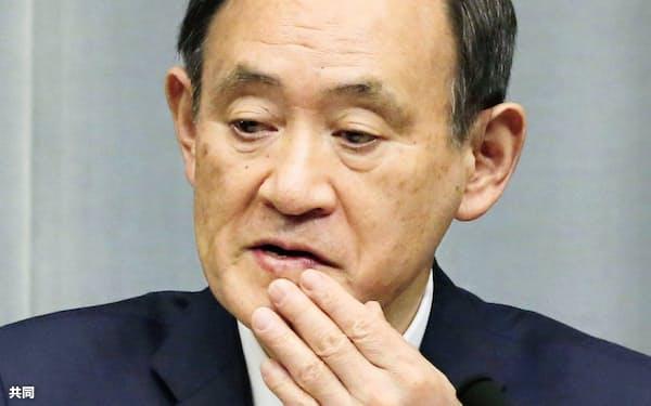 年内、最後の記者会見をする菅官房長官(27日午前、首相官邸)=共同