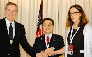 3閣僚の握手時もマルムストローム欧州委員に笑顔はなかった(12日、ブエノスアイレス)=共同