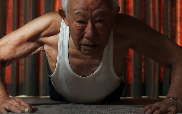 ハンマー投げのM90のアジア記録を持つ94歳の遠藤隆さんは、日々のトレーニングを欠かさない(静岡市)=三村幸作撮影
