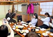 青森市の居酒屋「たか久」で津軽三味線ライブを楽しむ台湾人観光客