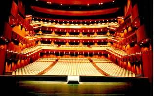 東京の音楽関連インフラは世界屈指の充実ぶり。新国立劇場(東京・渋谷)の舞台から見た客席=写真提供 新国立劇場