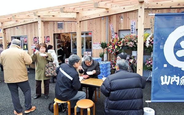 本格店舗で開業したさんさん商店街は、多くの地元客らでにぎわった(3月、宮城県南三陸町)