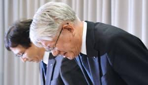 記者会見で謝罪する神戸製鋼所の川崎博也会長兼社長(右)