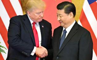 共同記者発表で握手するトランプ米大統領(左)と中国の習近平国家主席=9日、北京の人民大会堂(共同)
