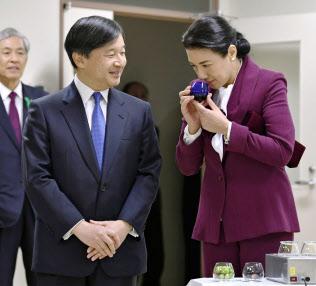 香川県綾川町の県農業試験場で、オリーブオイルの香りを確かめる雅子さま