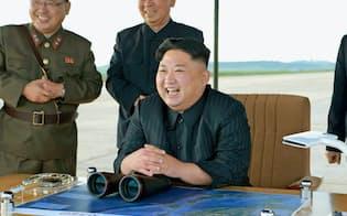 「火星12」の発射訓練を視察する金正恩委員長=コリアメディア提供・共同
