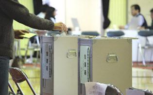 昨年の衆院選では台風が近づく中でも有権者は投票所に足を運んだ(宇都宮市立今泉小学校)
