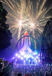 スペースワールドの営業最終日に花火が打ち上げられた(31日、北九州市八幡東区)