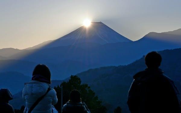 富士山から姿を見せた初日の出を見る人たち(1日午前、山梨県富士川町)=三浦秀行撮影