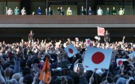 新年の一般参賀で集まった人たちに手を振る天皇、皇后両陛下と皇族方(2日午前、皇居)
