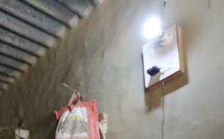 OMCから1日に6時間だけ電気を購入するモハマドさん夫妻(インド・ウッタルプラデーシュ州ラクノー郊外)