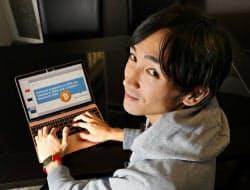 登録した1000以上のブログやサイトから情報を取捨選択する篠原さん(東京・千代田のホテルで)