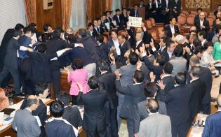 参院平和安全法制特別委で安全保障関連法案の採決に抗議して委員長席に詰め寄る野党議員(2015年)